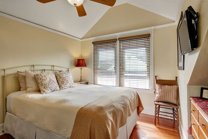 NO CLEANING FEE Gaslamp Room - Hillcrest House Bed & Breakfast