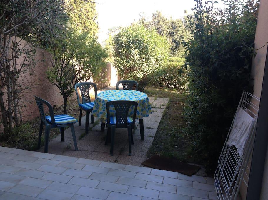 Terrasse couverte et jardinet