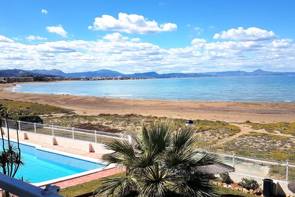 Una piscina grande y rodeado por el agua del mar...