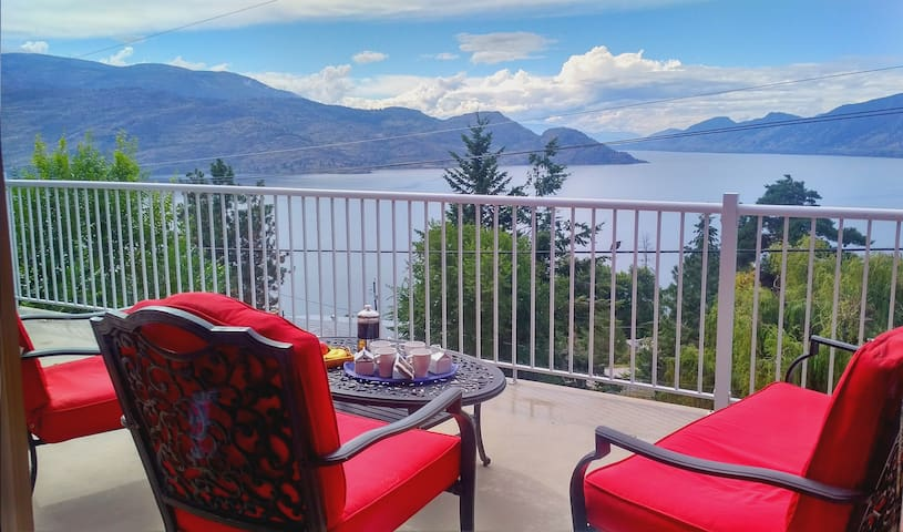 Vin, Villa, Vista: The Holiday Trinity - Peachland - House