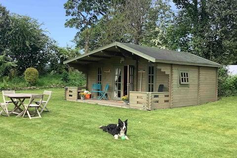 舒適的小木屋,可供4人入住,靠近機場和城市