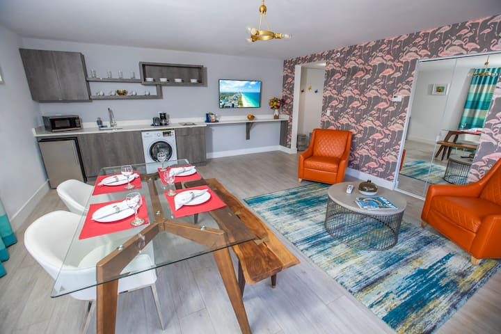 Mid-Beach Spacious One Bedroom Apartment Suite, Queen Bed, Full Kitchen, Pool, Near the Beach, Family Friendly