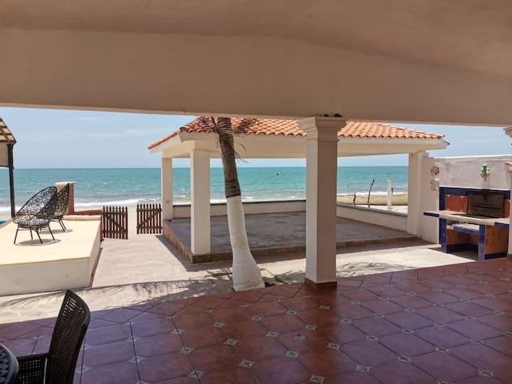 Casa de playa con alberca, cancha de basquetbol
