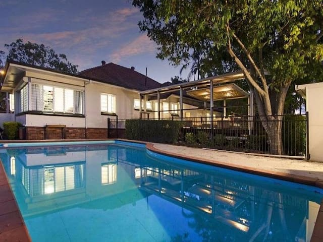 WOW Private Guesthouse close to Airport, Wifi/Pool - Nundah - Gästhus