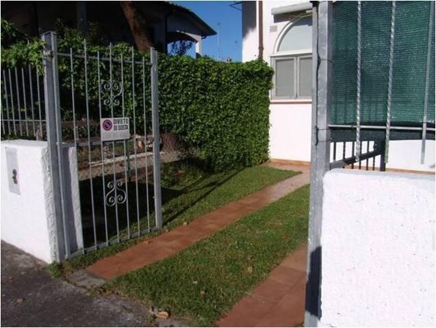 Entrata cancello e giardino