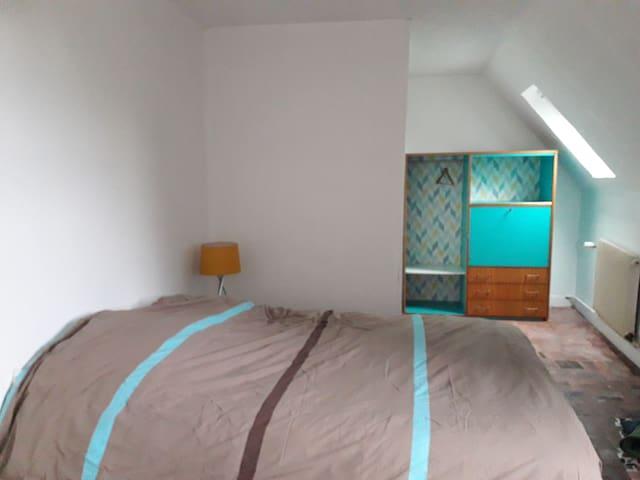 Chambre 1, possibilité d'y mettre un lit parapluie sur demande