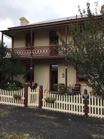 Uralla Station Master's House - Bed and Breakfast