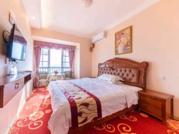 优享温馨大床房,床2.0长,1.8米宽.有吊兰、沙发