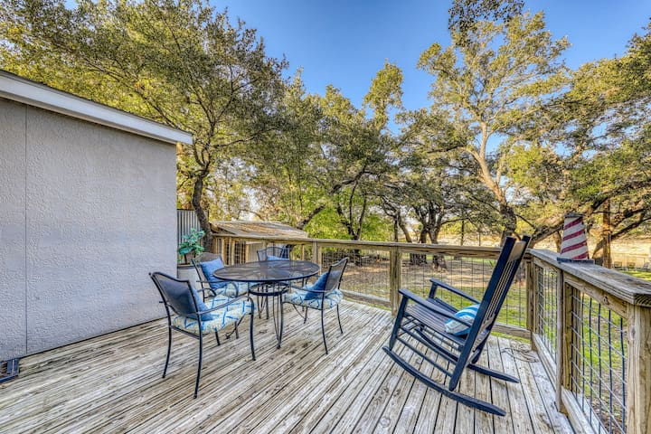 Lakefront studio with lake views w/dock, deck, firepit, & gas grill - dogs ok!