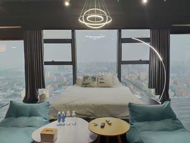 【帅杰的空中乌托邦】民宿公寓 2号房 城市中心、260度环绕落地窗、杜比私募影院、秋千、超大双人浴缸