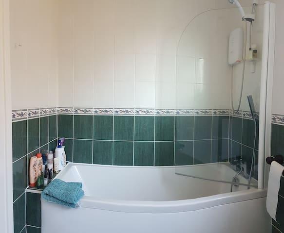 Lovely Sunny room, Horsham, West Sussex - Horsham - House