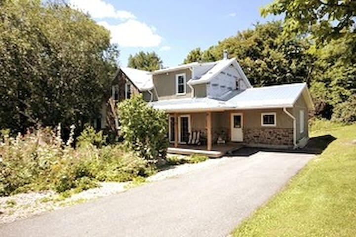 Room in a Farm House - The Country Side of Almonte