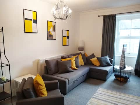 Contemporary fully equipped flat and nearby golf