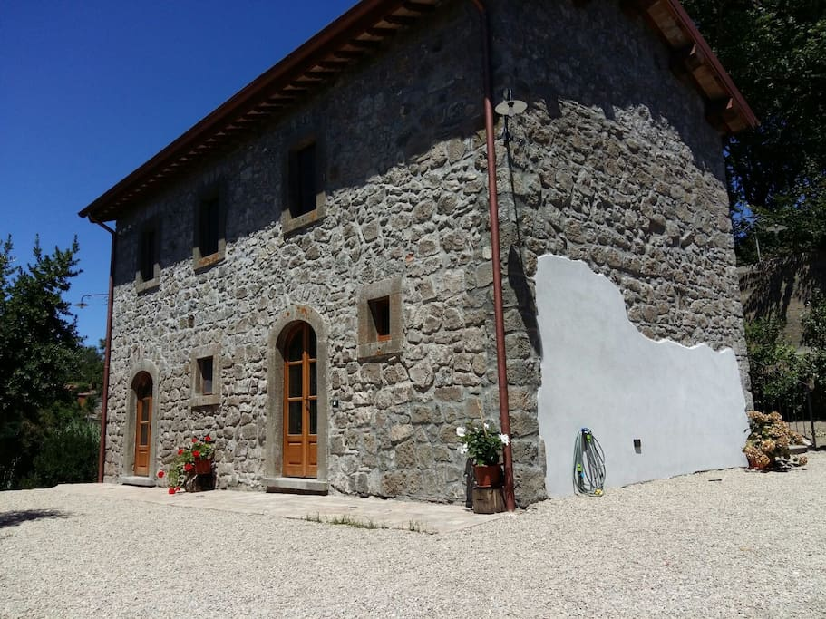 Fattoria bio tra terme e lago di bolsena houses for rent for Piani di fattoria con portico
