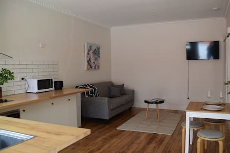 Central Albury - newly renovated, bright & quiet