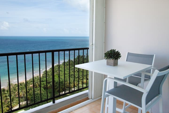 AHHH-MAZING VIEWS! Beach Front Apt. - Luquillo - Byt