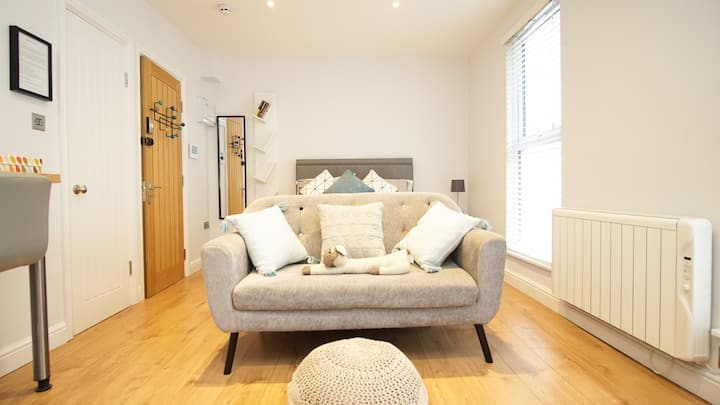 A lovely, bright studio in central Cheltenham
