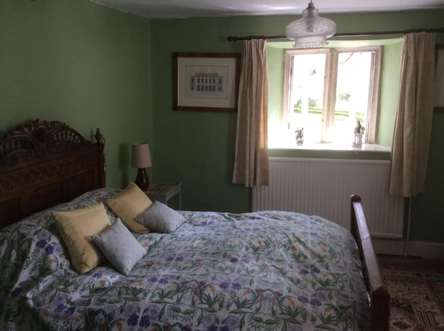 Double Bedroom Handy For Bath And The Cotswolds