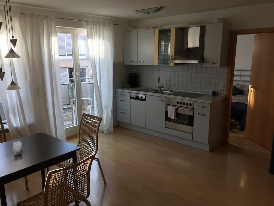 Wohn- und Essbereich mit Einbauküche und Spülmaschine