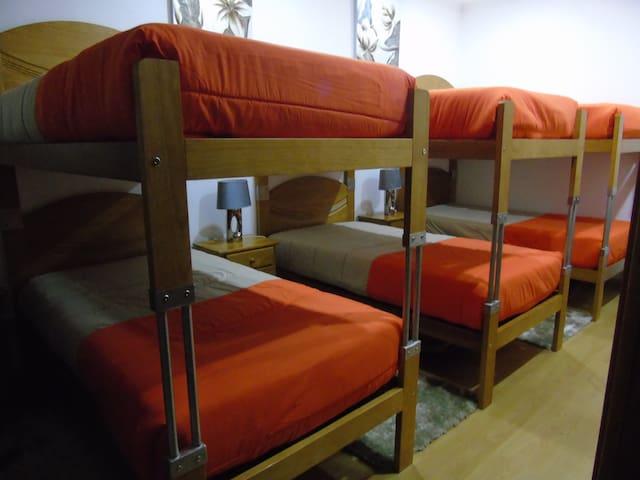 Cama em dormitório com 3 beliches Marficas Hostel