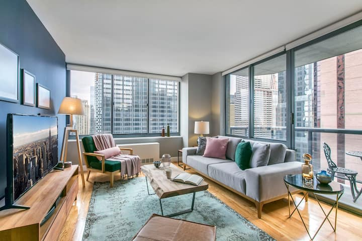 Bright 1BR near Times Sq w/ Indoor pool, Doorman by Blueground