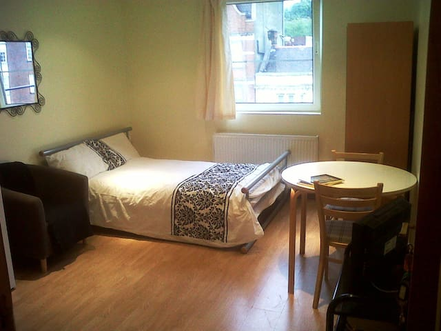 LOVELY STUDIO ON FINCHLIEY ROAD - London - Apartment