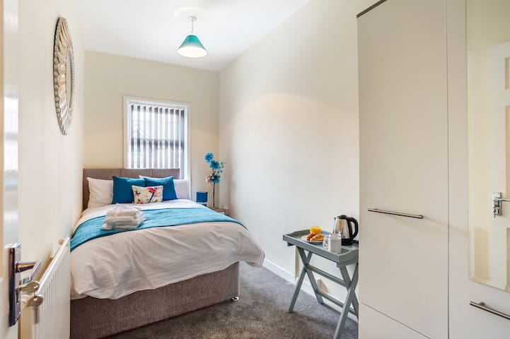 Room 4 - Single Room with double bed & Wi-Fi