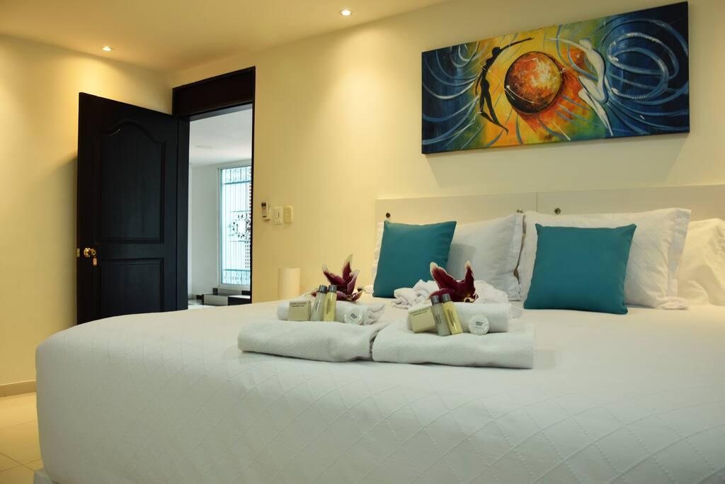 Cómoda habitación con cama doble y cama individual.