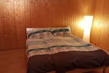 Schlafzimmer - es steht ein Doppelbett 180 × 200 cm zur Verfügung. Zusatzbett, Matratze und Babybett auf Anfrage erhältlich.