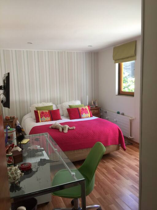 La habitación tiene 13 m2 y está dentro de la casa pero es independiente ya que está separada por una mampara lo que le otorga mayor privacidad.