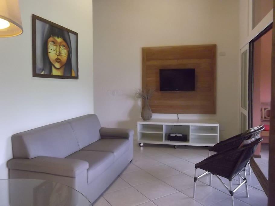 Sala com TV de LCD e ventiladores de teto