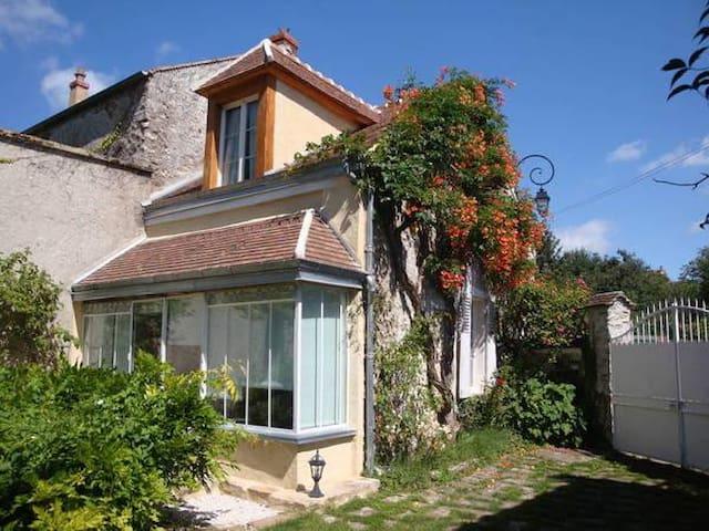 Maison de charme dans hameau classé - Savigny-le-Temple - Huis