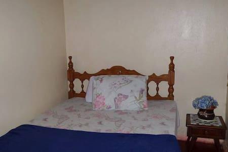 Quarto na casa-sede. Fazenda Volta da Serra - Alto Paraíso de Goiás - Dormitorio compartido