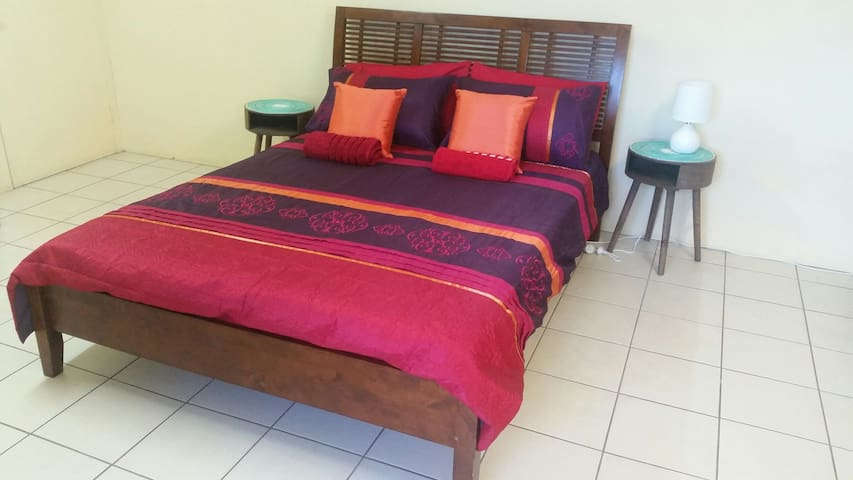 Massive room,Pool,WiFi,friendly,40 inch Tv in room - Brinsmead - Casa