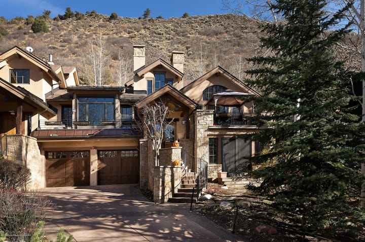 Great Mountain Home with Hot Tub & Great Views