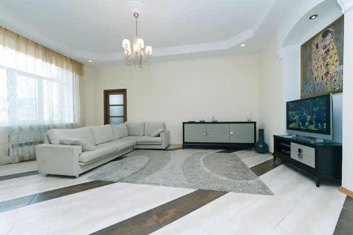 a 2lvl penthouse with 3bdrms on Andreevskiy spusk - Kiev
