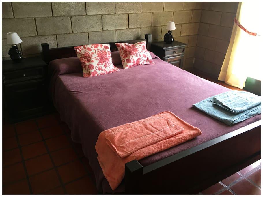 Dormitorio matrimonial, con placard y vista al lago