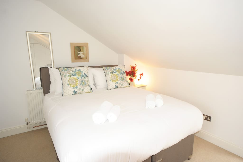The top ensuite bedroom is so light and the panoramic views are amazing. Can be twin beds or a king with zip link mattresses.