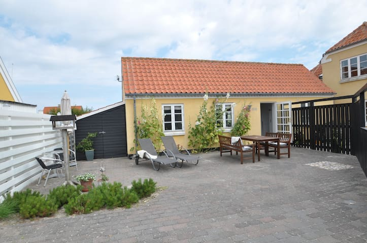Charmerende ferielejlighed med solfyldt gårdhave - Saltum