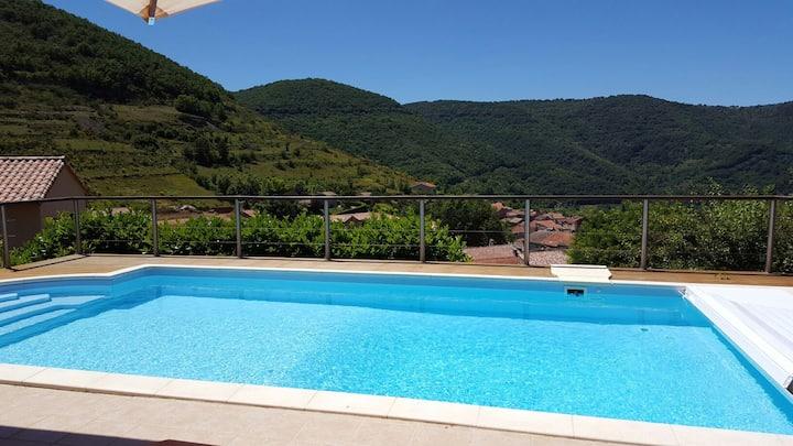 Chambre dans villa avec piscine en haut du village