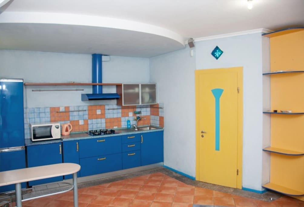 студио, вид на кухонную зону