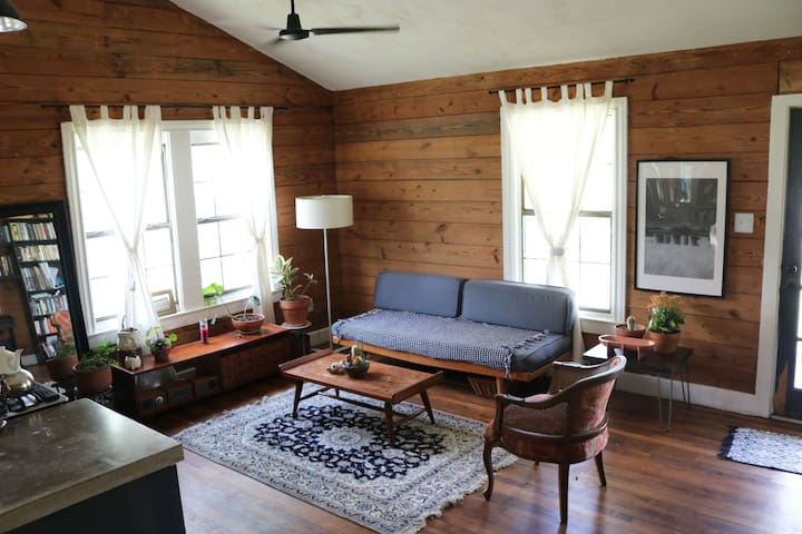 Clean and bright-close to DOWNTOWN and MUELLER!