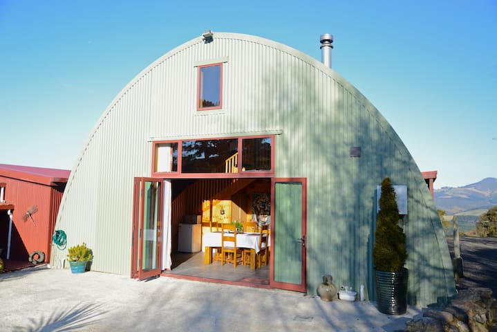 Rural Privacy with City Amenities at The Barn B&B - Waitati - 家庭式旅館