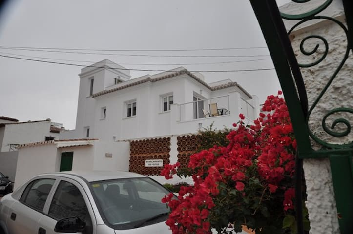 Central, modern villa 5 mins walk to beach & town - Nerja - Casa