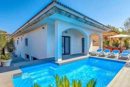 Villa Marina moderne avec piscine, jardin, terrasse, Wi-Fi et climatisation ; Garage disponible, animaux acceptés sur demande.