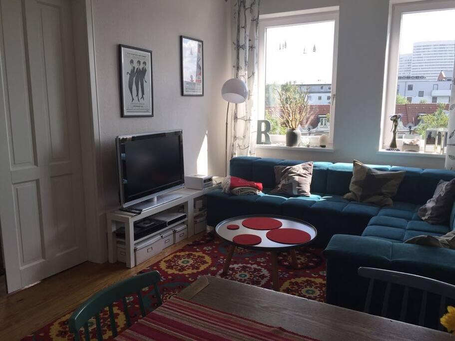 Helles Wohnzimmer mit TV