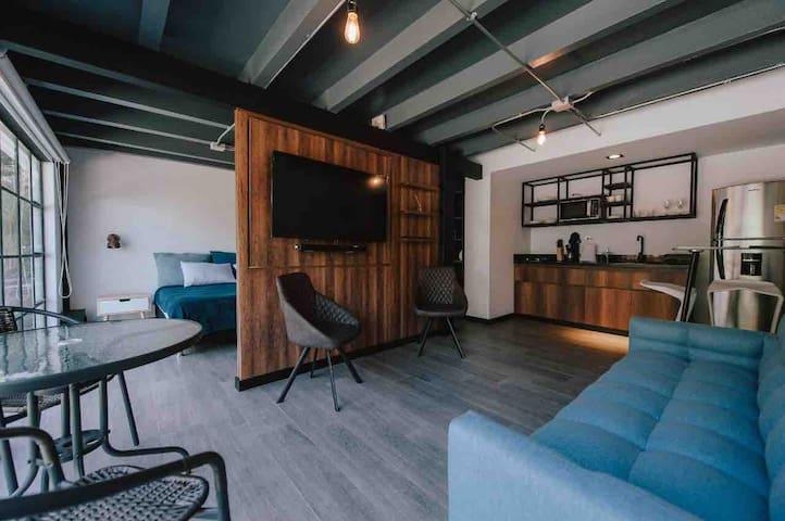 Moderno loft en casa tradicional. El Poblado. Suit
