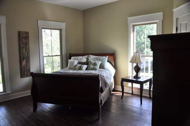 One Bedroom Apartment in Historic Home (4)