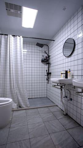 位于新街口水游城夫子庙地铁口床位包月950一个月包水电费用领包入住
