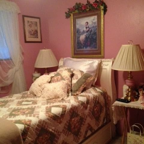 Quiet Beautiful Pink Bedroom with flat screen TV - Parma